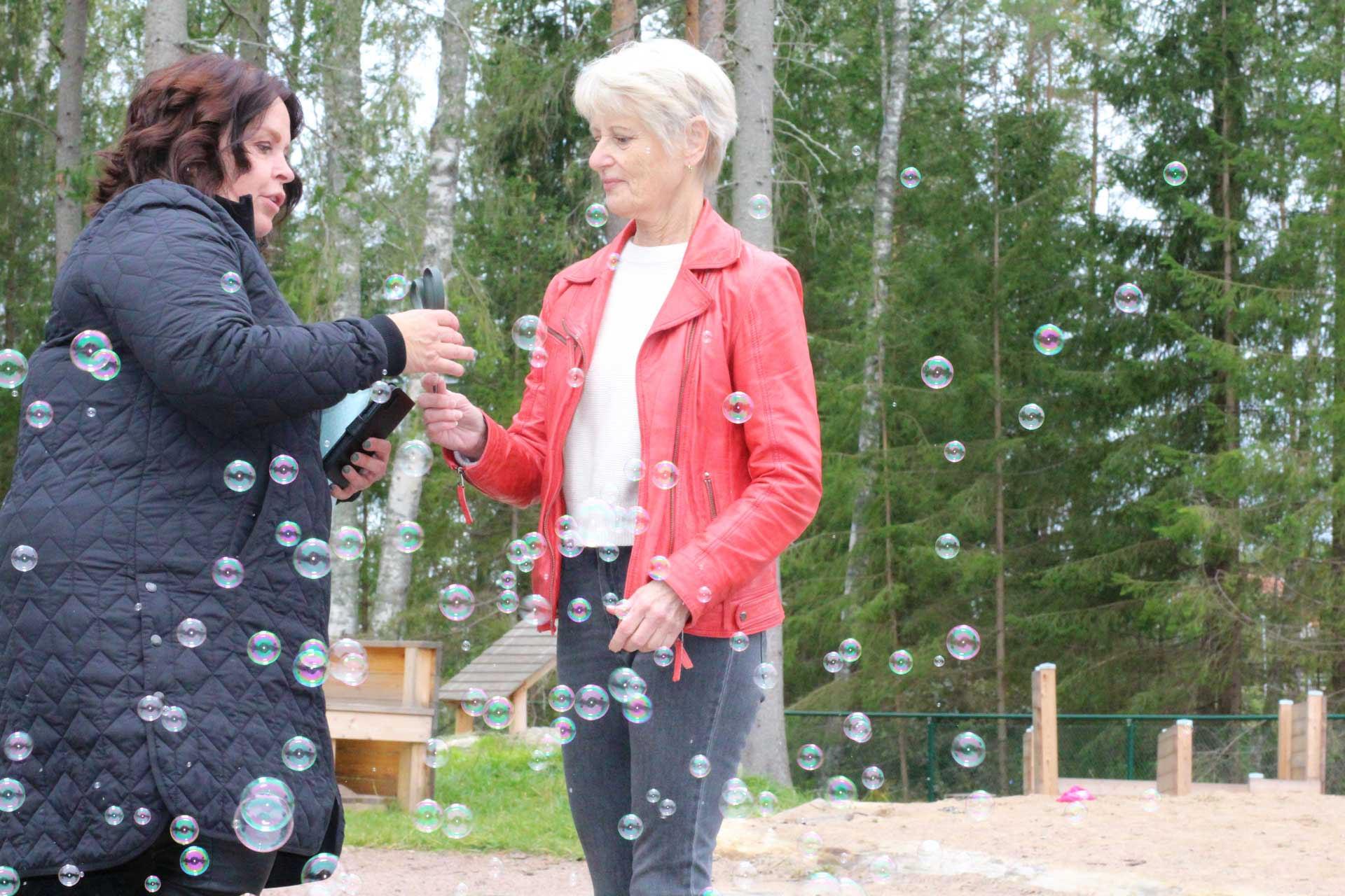 Två kvinnor och såpbubblor